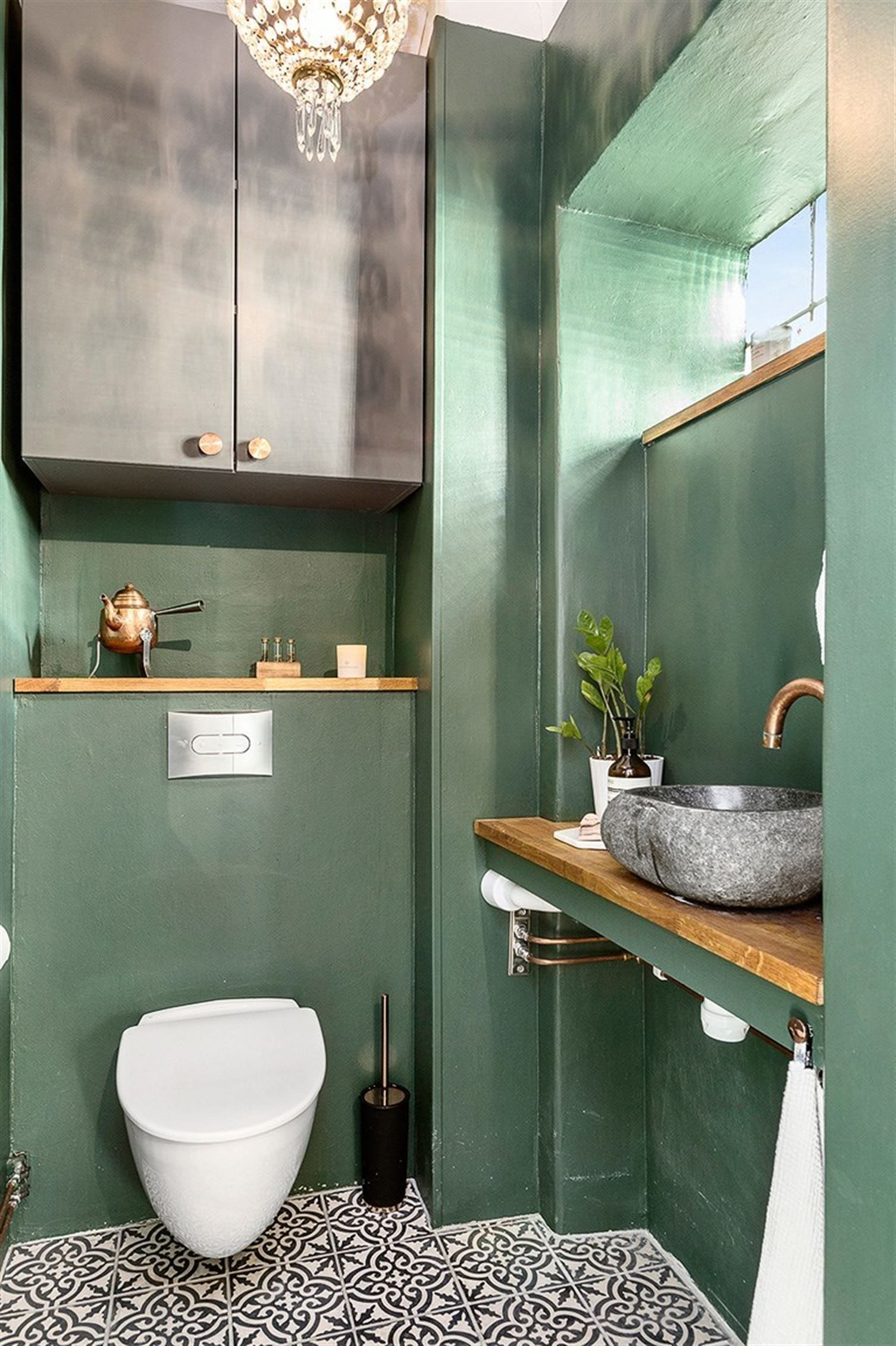 Id e petit wc m me planche au dessus du wc que sous lave mains et tablette fenetre crochet for Petite fenetre wc