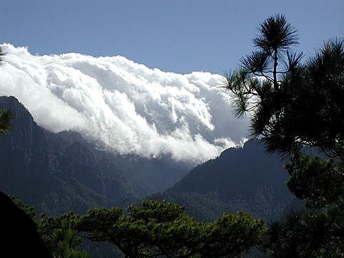 Tätä ilmiötä kutsutaan vesiputouspilviksi, ja sitä voi ihastella esimerkiksi Caldera de Taburienten kansallispuistossa La Palmalla eli Kanariansaarilla!