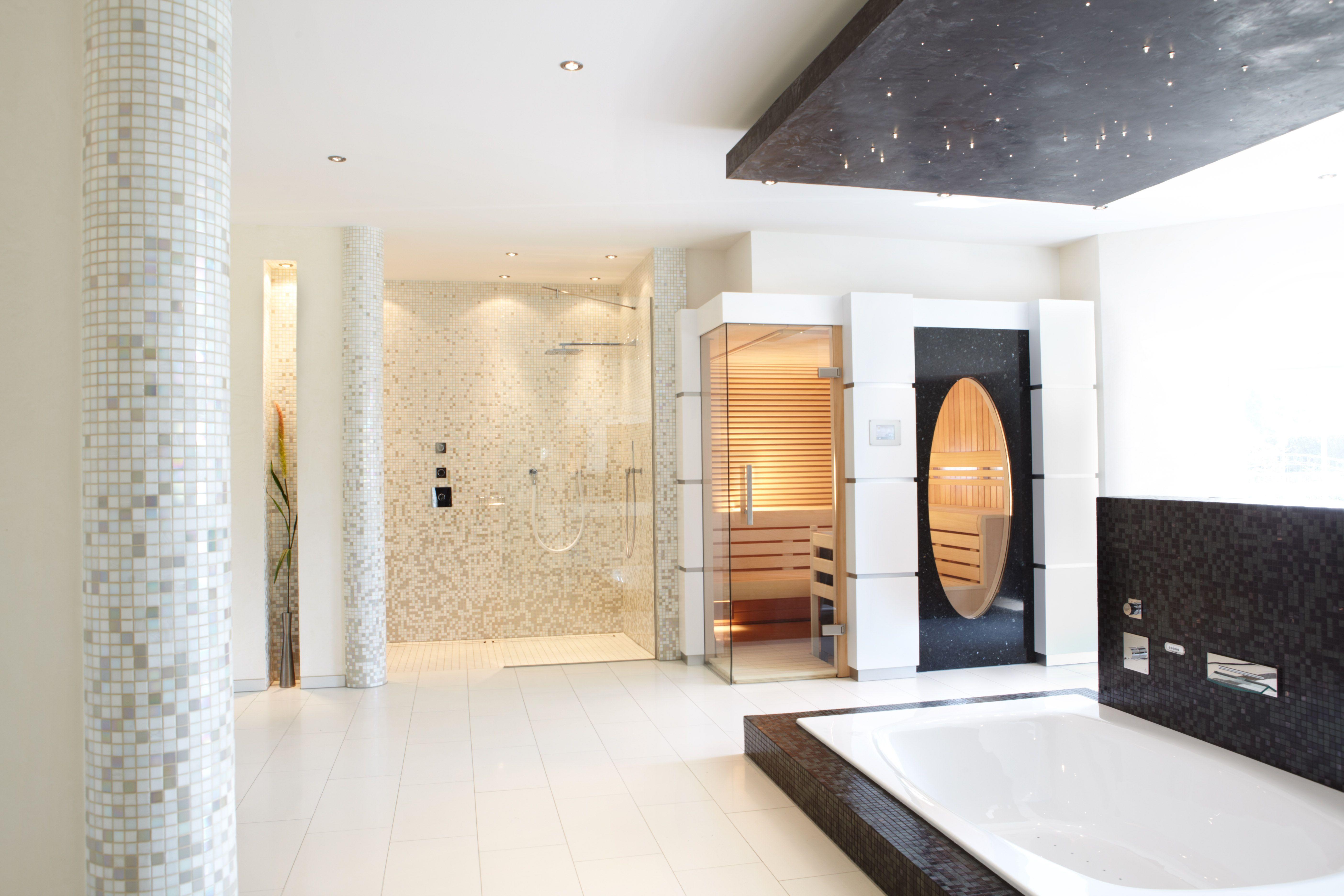 Große Offene Dusche Und Moderne Sauna #wellness #glas #sauna #modern  #erdmannsauna #erdmannexklusivesaunen #erdmann #sauna