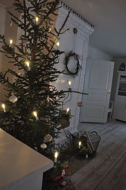 Like the simple tree and country decor!