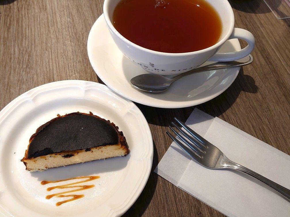 小田急ハルクに入っているフランスの紅茶ブランドのティーサロン、ル・サロン・ド・ニナスでのバスクチーズケーキ。#東京カフェ #新宿 #チーズケーキ