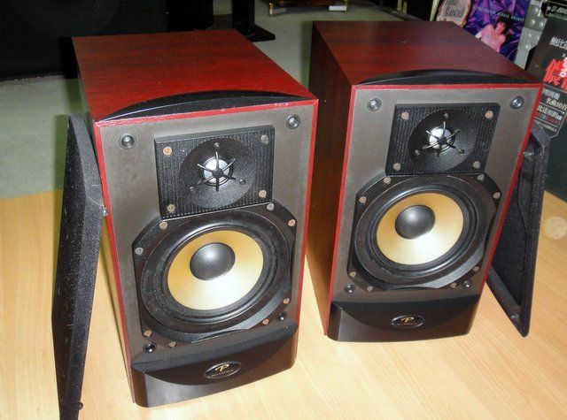Paradigm Reference Studio 20 V2 Bookshelf Speakers