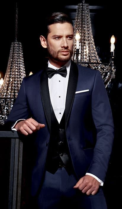 Ce charmant et chic smoking bicolore possède un fameux col châle noir sur  une veste bleue de minuit. Ce mélange de couleurs idéalement pensé devient  un ... 2480acb6b9f