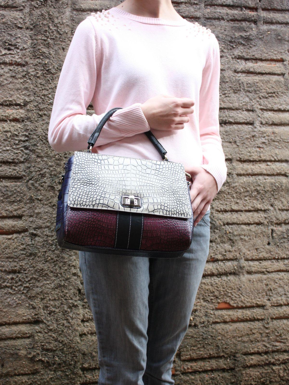 22e07d1833cd3 Bolsa feminina toda em couro, com diferentes cores e texturas. Possui  compartimento interno em