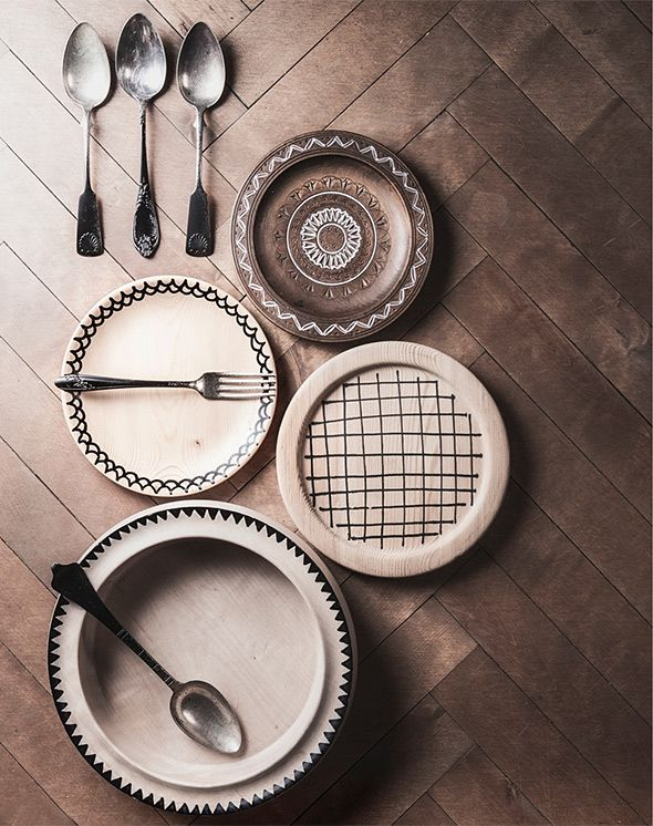 Decorate wooden plates with wood markers