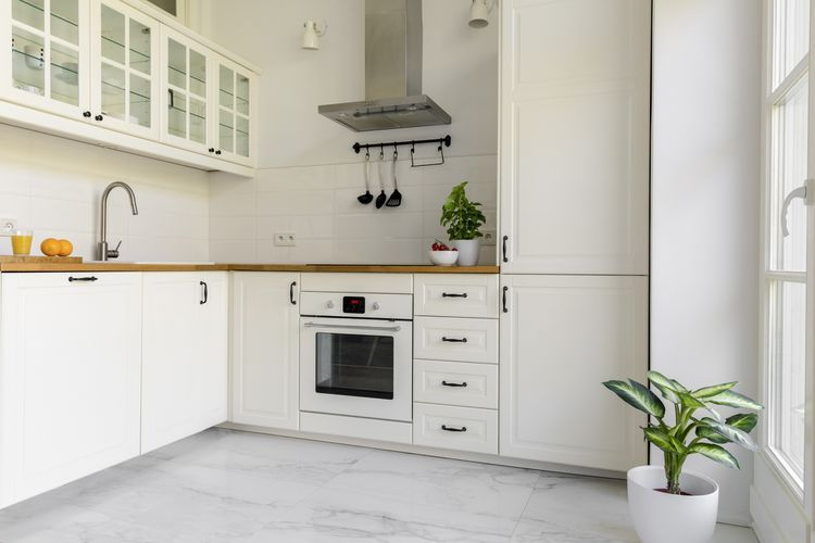 Explore The Pros And Cons Of Marble Kitchen Floors White Kitchen Interior Marble Floor Kitchen Kitchen Marble