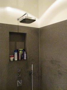 De douche, met ingebouwde nis voor de shampoo | Badkamers | Pinterest