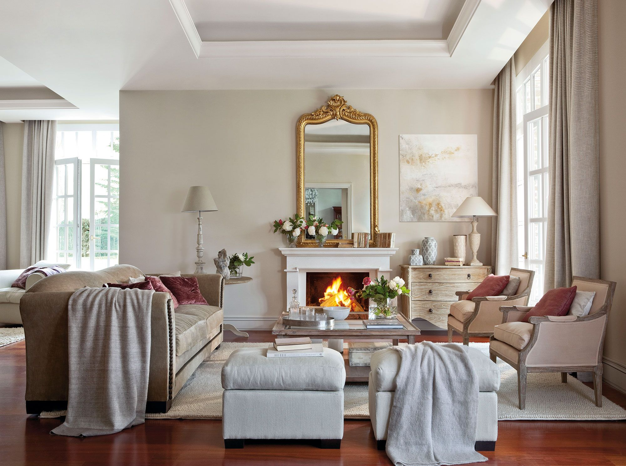 Sal n con chimenea y espejo con moldura dorada for Espejos decorativos para chimeneas