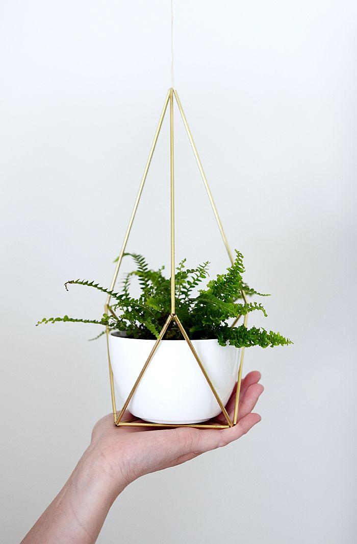 Saniainenkin viihtyy kylpyhuoneessa – sekä tässä kauniissa amppelissa! brass hanging planter