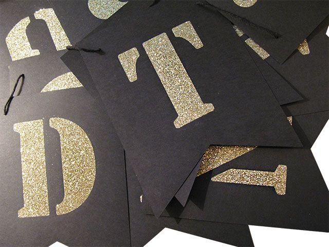 Lag dine egne bannere med lekre glitterbokstaver og tall på sorte flagg som er så enkle å sette sammen. Bare velg de riktige bokstavene og heng de på silkebåndet som er med i pakken. Norske Æ, Ø...