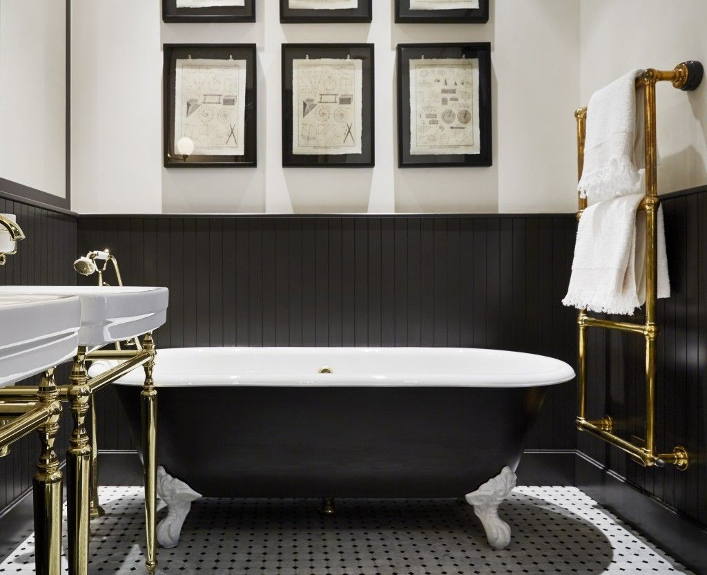 Bold Black And Classic Character In This Parisian Apartment By Designer Laura Gonzalez Parisian Bathroom Paris Apartments Apartment Interior
