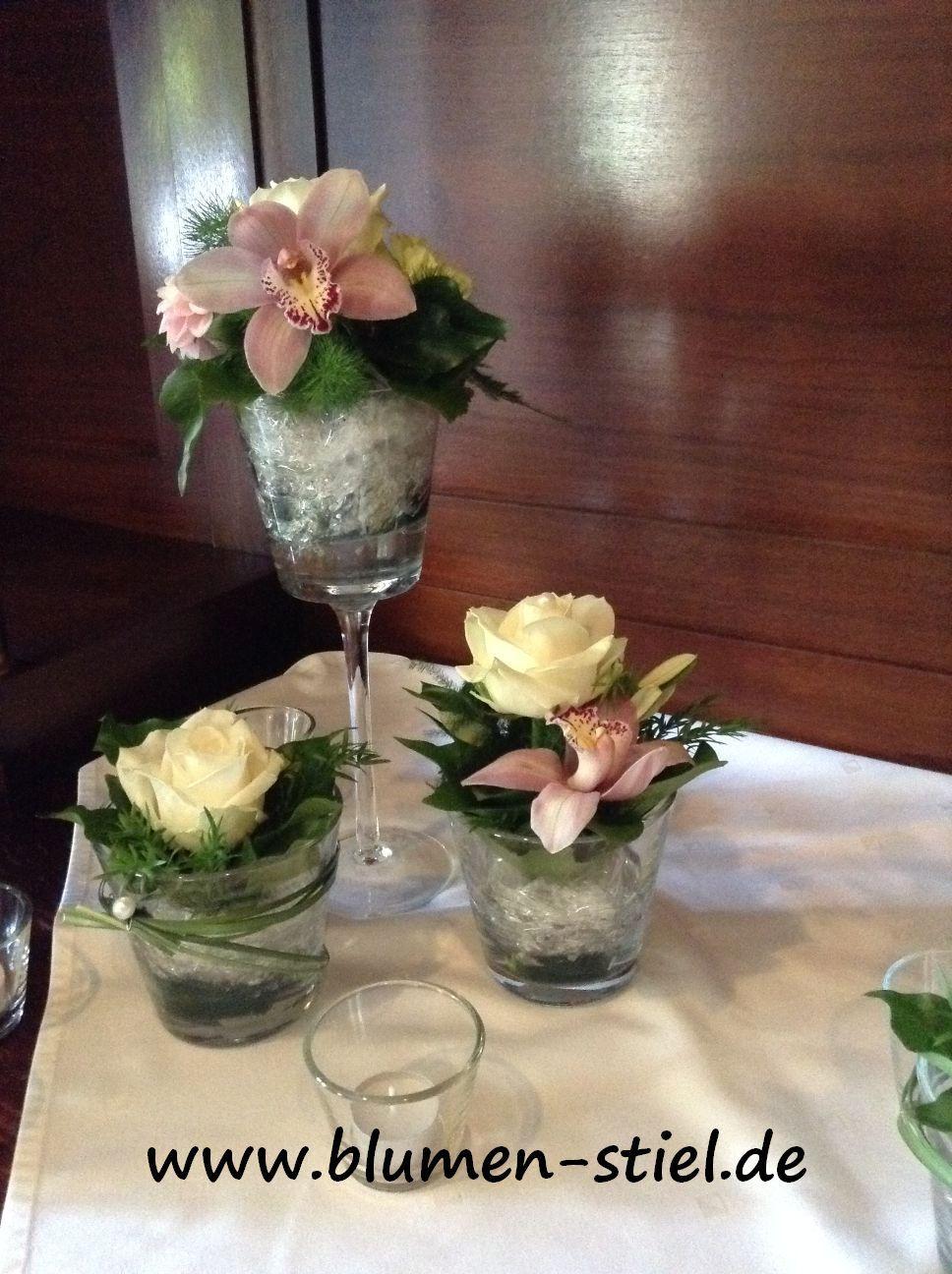 Tischdeko Mit Glasern In Verschiedenen Hohen Cremefarbene Rosen