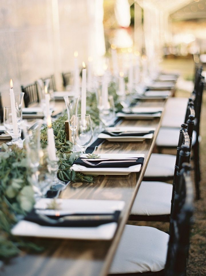 Candles and greenery wedding table decorations | fabmood.com #wedding #weddingtable
