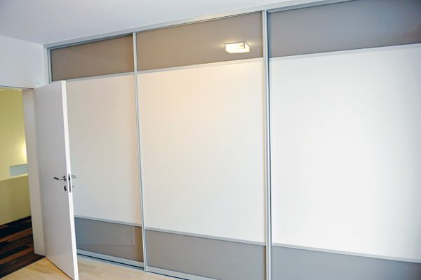 A Contemporary 3 Doors Bedroom Sliding Wardrobe Door With Wide White Gl Central Band And Cuccino Top Bottom Anodised Silver Aluminium