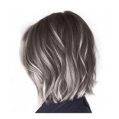 8 formas modernas de lucir mechas grises en tu cabello