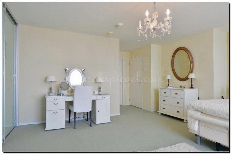 ovale-spiegel-boven-kastje-kaptafel-in-slaapkamer | Kaptafel ideeën ...