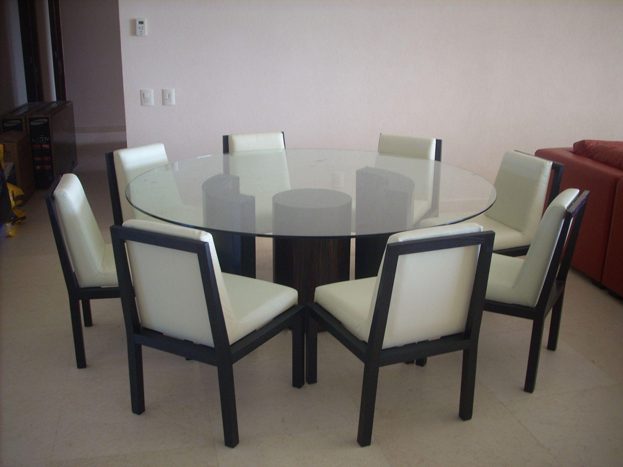 Dise o de comedor sillas en piel color hueso y madera de for Comedor americano