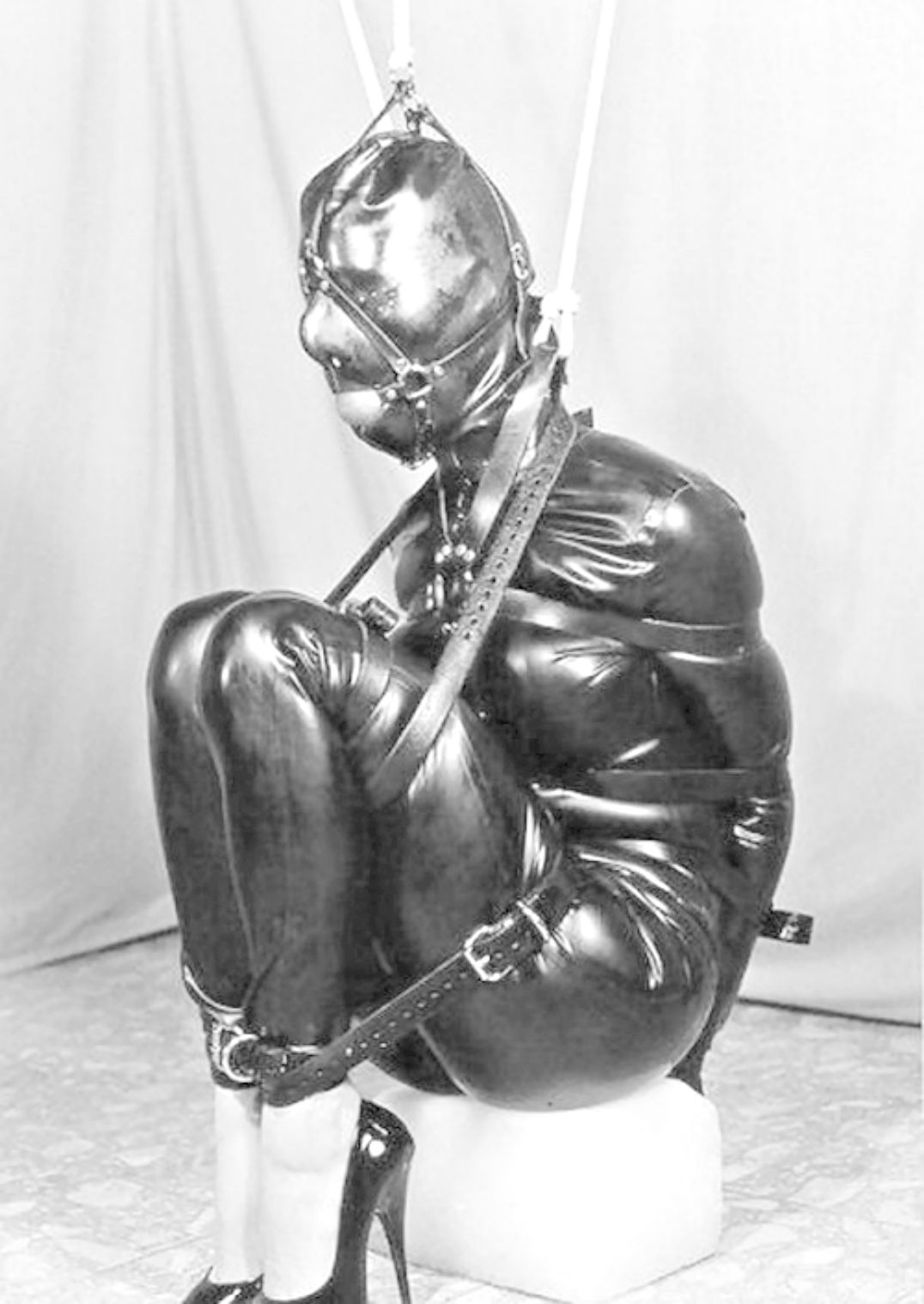 Sexy custom made leather bondage hoods Une