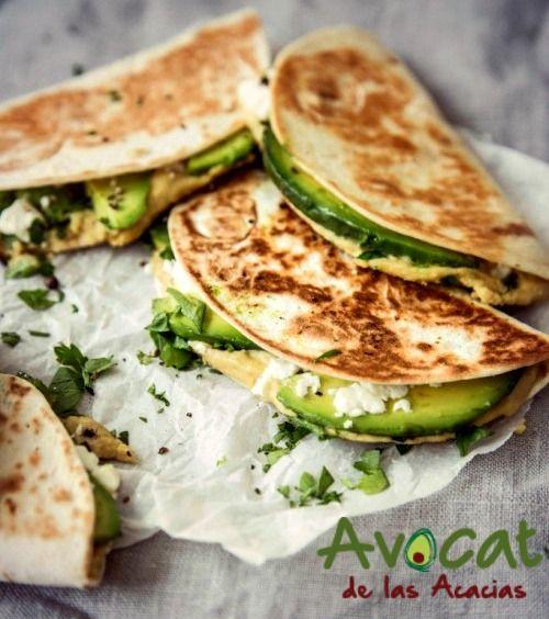 Un desayuno rápido que satisface a cualquiera: Quesadillas de queso feta, hummus y #aguacatehass. #consumemashass #foodporn #productopaisa #orgánico