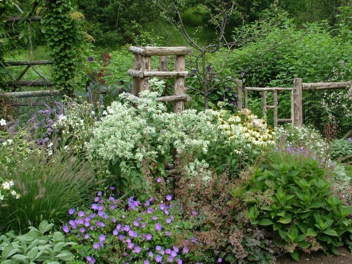 A Secret Garden Spring Comes To Connecticut Gardenista Natural Landscaping Garden Fencing Garden Layout
