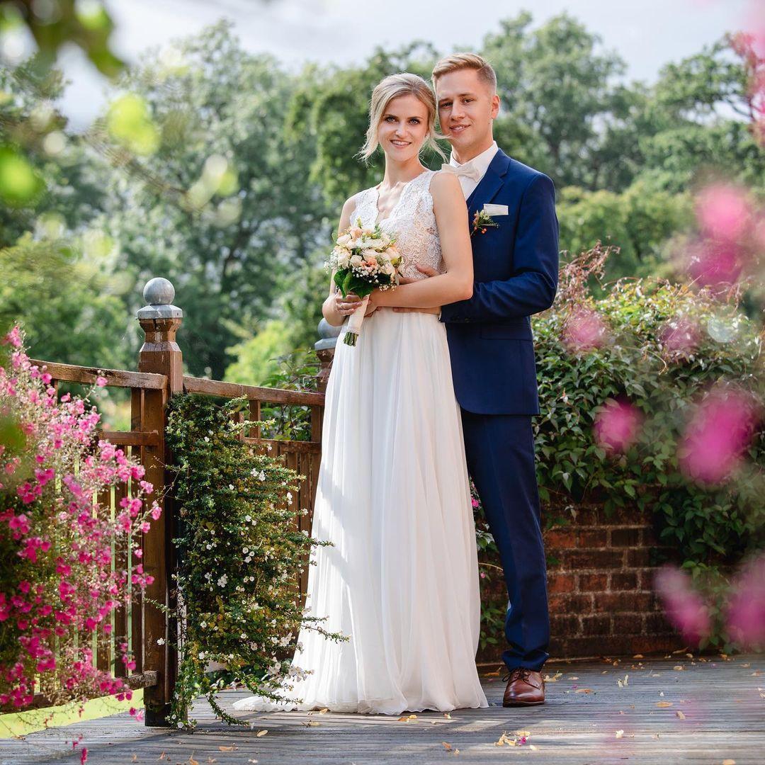 Hochzeitsfotografie S Instagram Post Caro Oliver Nach Einer Sehr Emotionalen Freien Trauung Mit Claudi Wedding Dresses Bridesmaid Bridesmaid Dresses