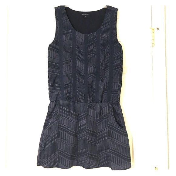 Banana republic summer dress size 6 The colors in the pattern are navy blue and a light purple color. The dress machine washable and ruble dry low. Material is 100% polyester. Perk is that the dress has pockets! Banana Republic Dresses