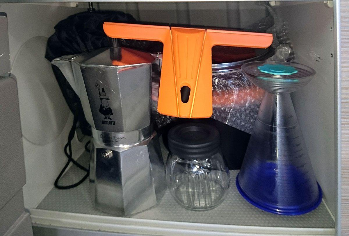 Espresso Kocher u.a. im unteren Küchenschrank   California t5 ...