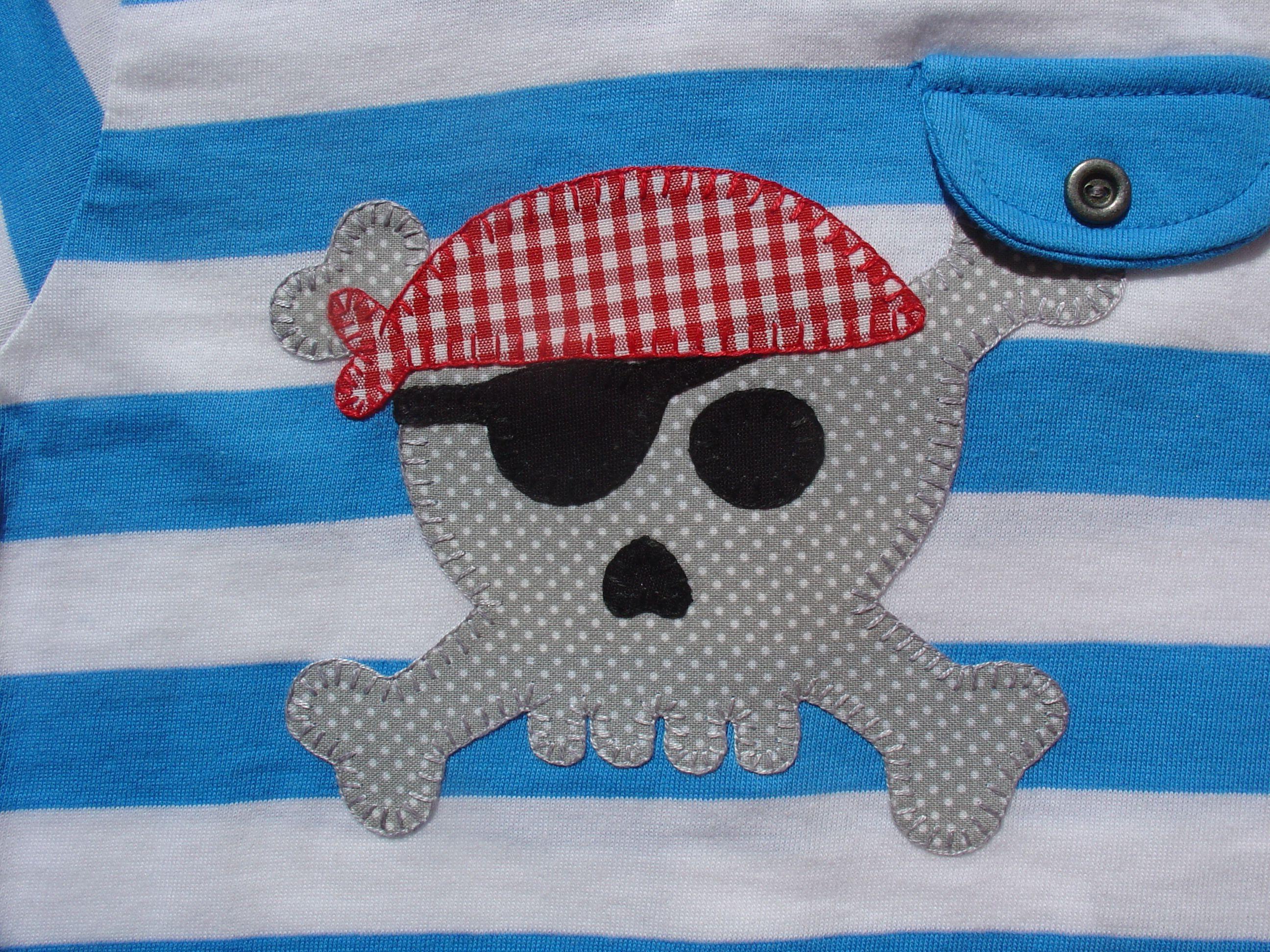 Calavera pirata en gris y rojo
