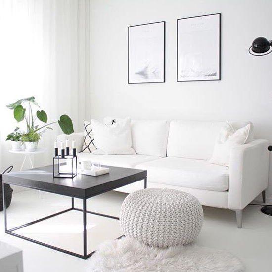 """Perfeição de sala branca!  para aqueles que achavam que ambiente branco traz a sensação de frieza, essa sala pode te fazer mudar de ideia! Aconchegante, clara, clean, leve, sofisticada. ❤️ mas o que faz o ambiente ficar assim tão """"cozy""""? É a janela grande com uma bela cortina de tecido leve e com um pouco de transparência, os materiais naturais usados no tapete de pêlo, no cesto trançado de palha, no puff de tricô e no tecido do sofá, além da utilização de decorações e móveis em preto que…"""
