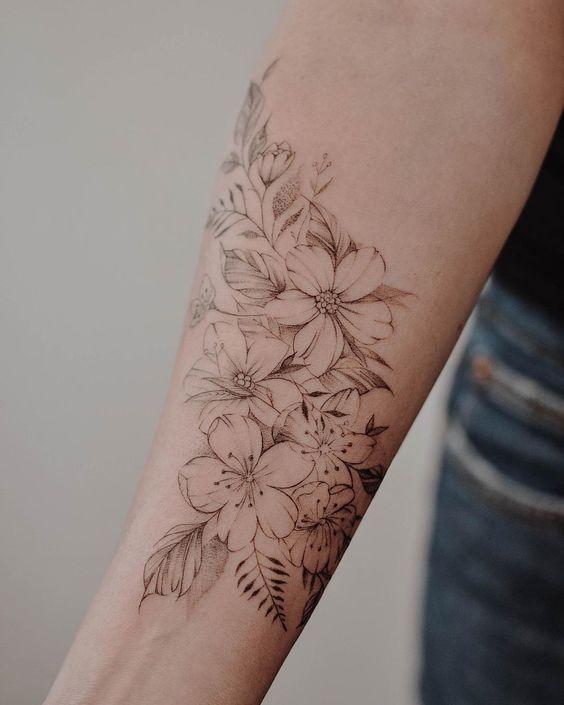 """Marcela Badolatto auf Instagram: """"Floral für Laís ✨. . . . . . . . . . ….  tattoos ideas #flowertattoos – flower tattoos"""
