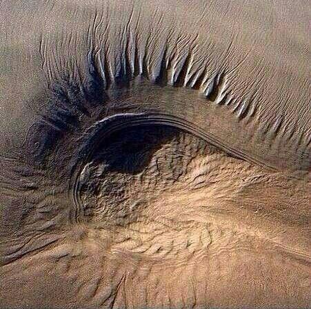 صورة عجيبة من الجو لأحد الكثبان الرملية في صحراء الدهناء بشرق
