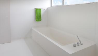Beleving gietvloer en basic wall badkamer