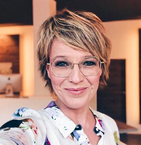 Die Beliebte Moderatorin Andrea Ballschuh Mit Ihrer Neuen Coblens Mod Autopil Die Beliebte Moderatorin Andrea Ballsc In 2020 Short Hair Styles Hair Eyewear