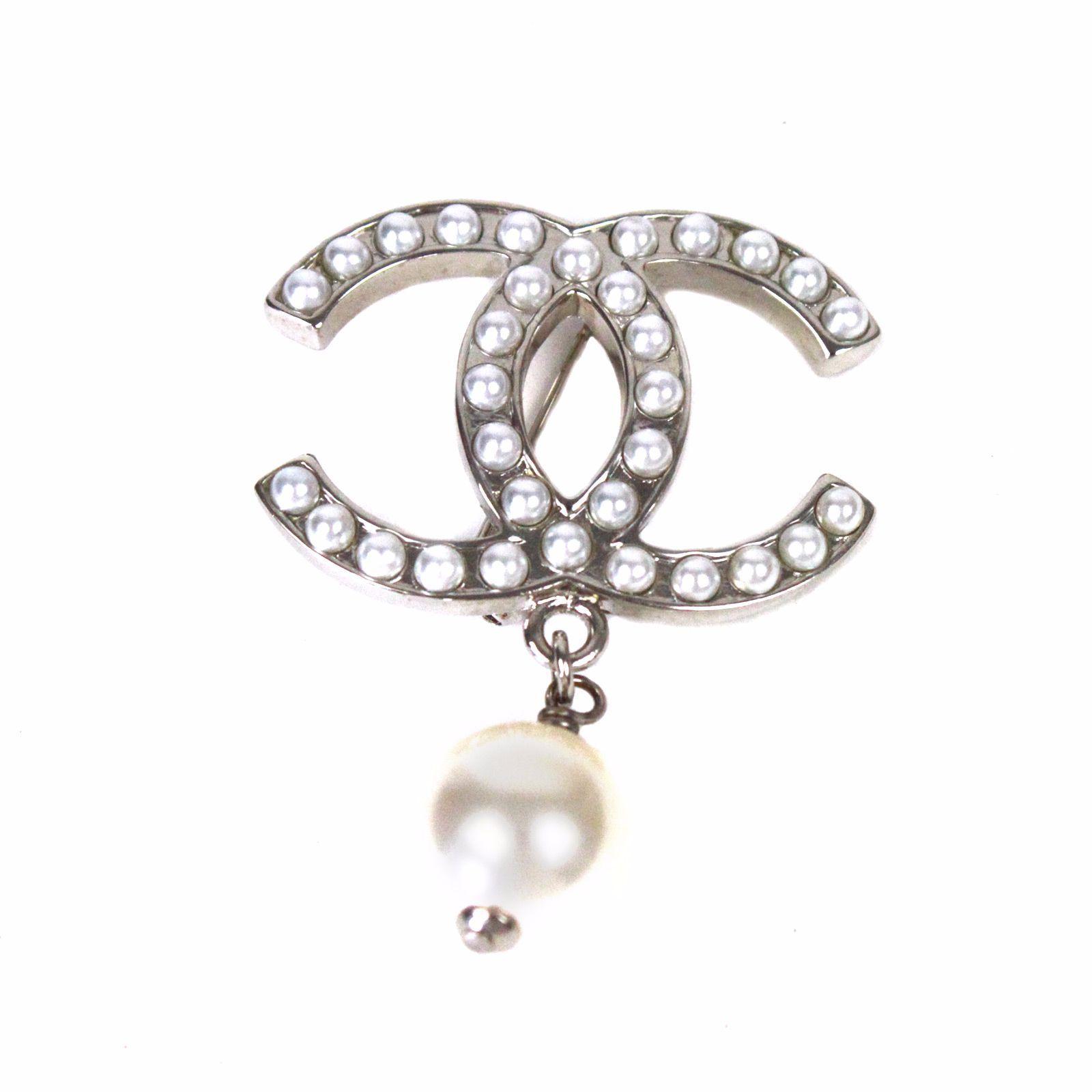 Broches Chanel - Métal argent - Logo Chanel incrusté de perles blanches -  Perles Blanches pendantes sous le logo double C - Dimensions   double C  largeur 4 ... d6a5ee33d19