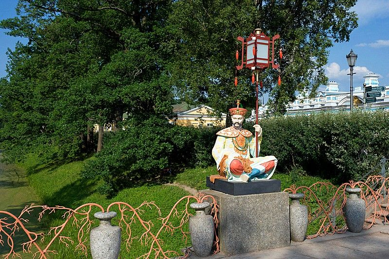 Sculpture of a Chinese man on the Grand Chinese Bridge in Tsarskoye - chinesischer garten brucke
