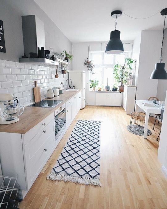 modernes Bauernhaus-Küchendesign mit Metzgerblock-Theken und weißen Küchenschränken weißem U-Bahn-Backsplash und Dunstabzugshaube Wohnküche mit #kitchenbacksplash