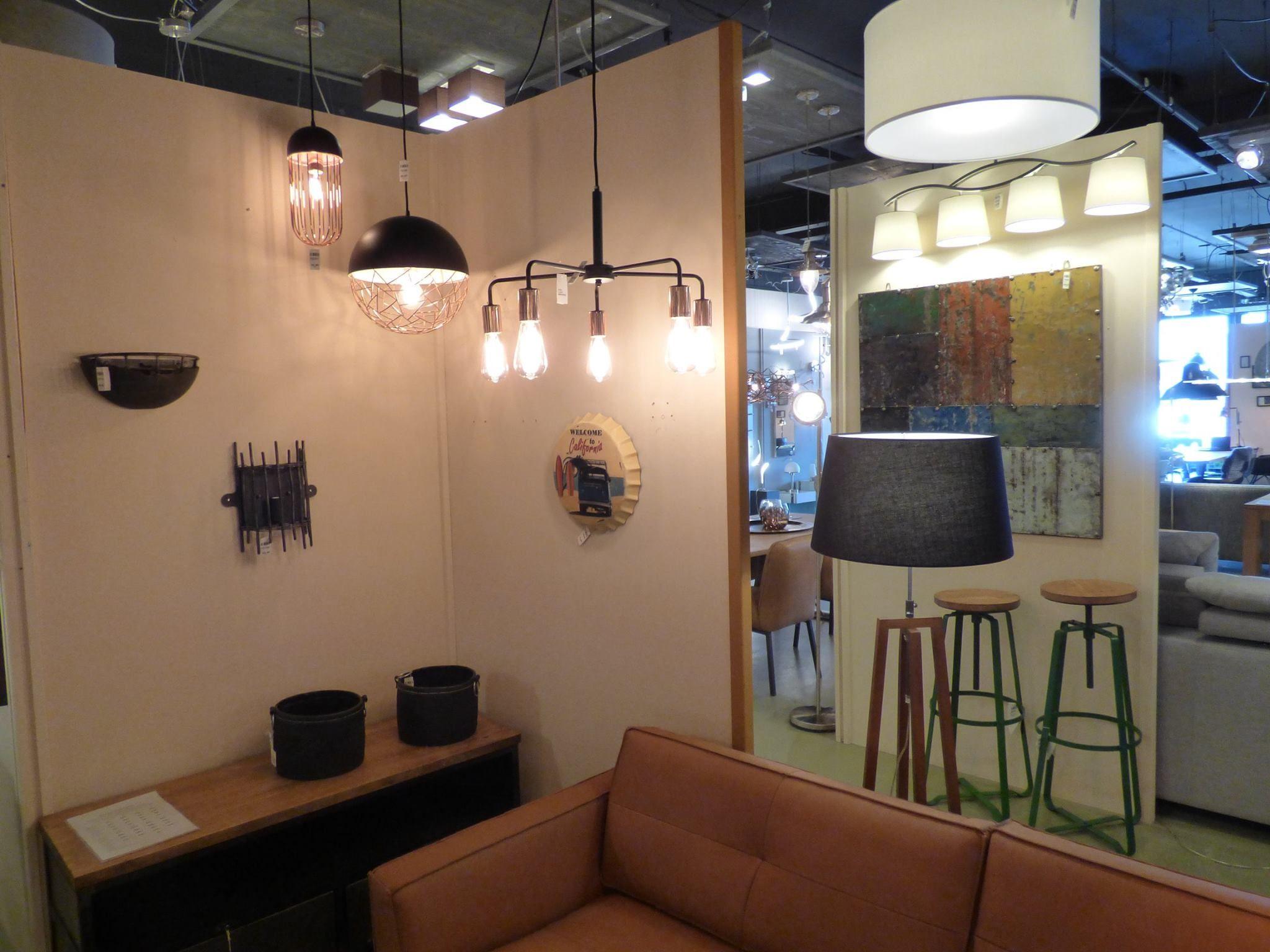 Showroom winkel . .Landelijke hanglampen tafellampen wandlampen en vloerlampen . Keuze uit meer dan 3000 artikelen in verlichting in onze webwinkel . Ook meubels, maar die kan je alleen maar bezichtigen en bestellen in onze winkel ( schilderijen, eettafel stoelen , eettafels , banken ) . Home interior lights / ONLINE SHOP : click on this LINK ( www.rietveldlicht.nl ) Verzendkosten gratis .