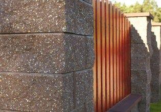 ploty zo štiepaných betónových blokov - hnedý