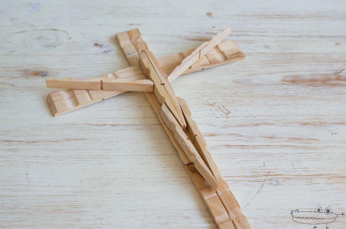 Hacer una bonita cruz con pinzas de madera es muy f cil for Madera para colgar ganchos