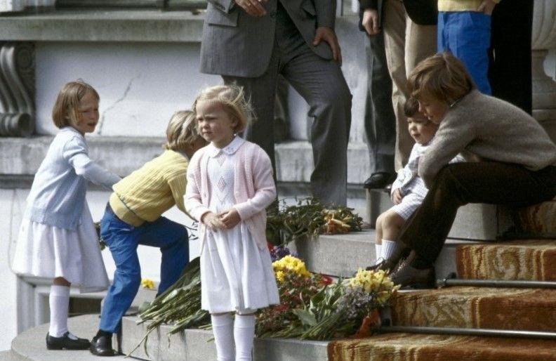 Kleinkinderen bij het Defilé van Oma Juliana (NL)