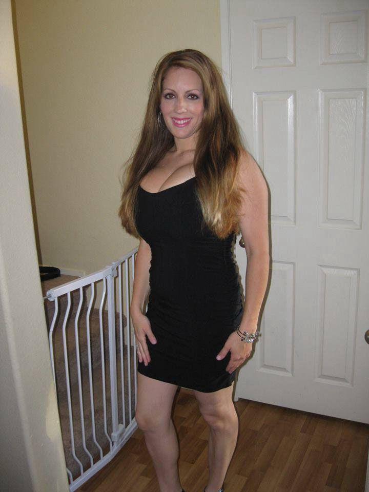 Femme cougar à forte poitrine, prête à te rencontrer