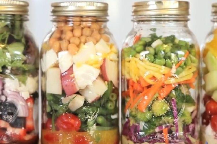 pour vos lunchs voici 4 recettes de salades dans un pot mason repas dans un pot pinterest. Black Bedroom Furniture Sets. Home Design Ideas