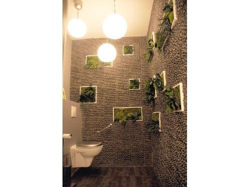Vue toilettes wc pizzeria ambiance zen avec galets et tableaux