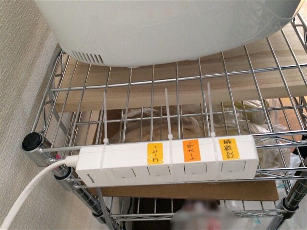 100均 キッチン収納のメタルラックに電源タップを固定しました 電源