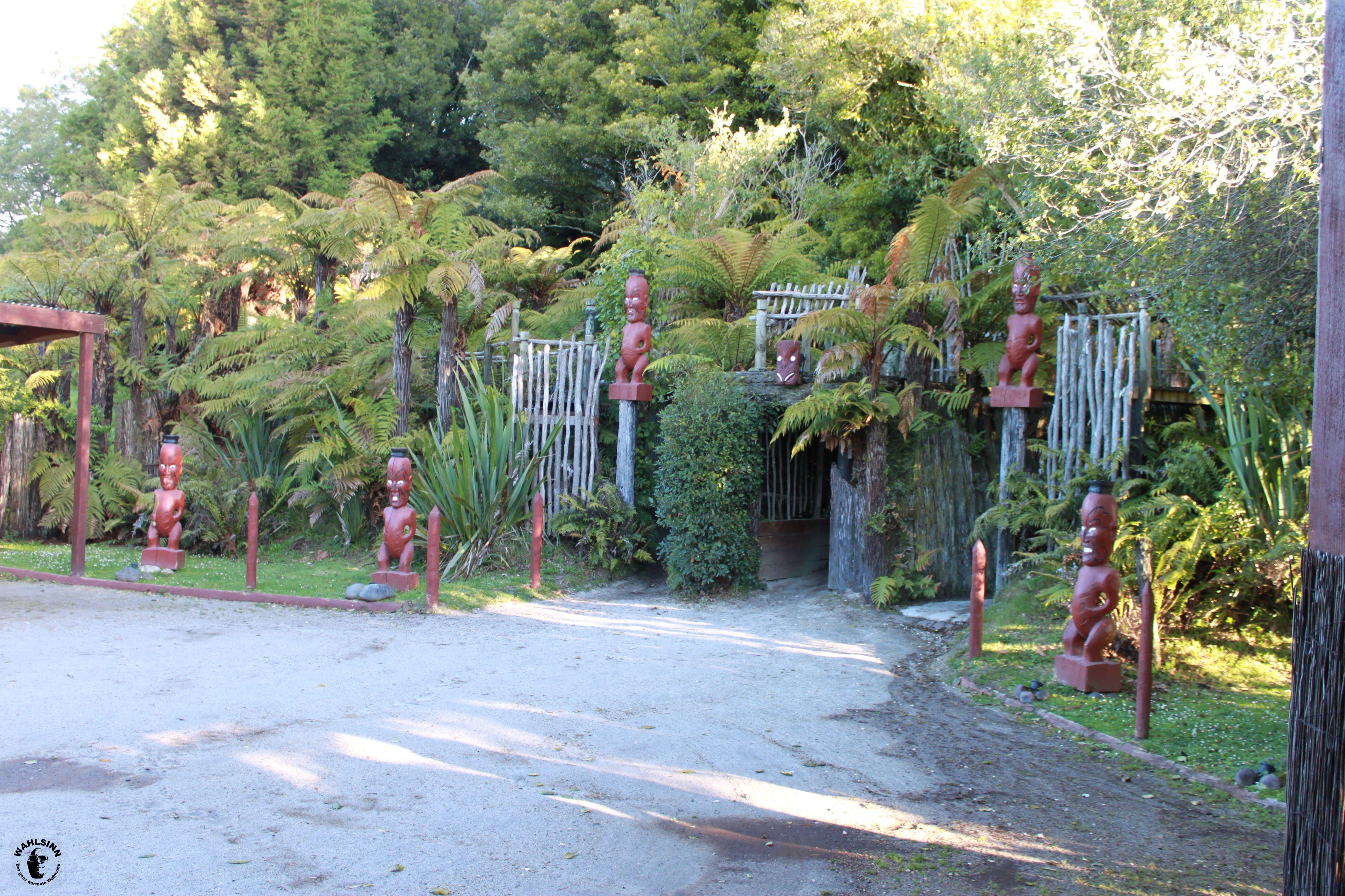 Der Eingang zu einem Marae (Maori Dorf) // Neuseeland