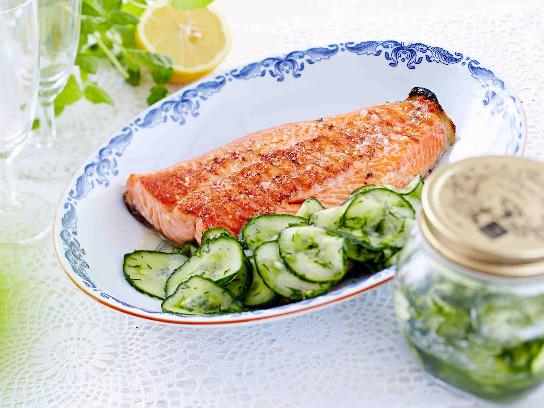 Säilö purkkiin tavallista tai avomaankurkkua. Nämä mummon kurkut maistuvat salaattien kanssa ja grilliruoan lisäkkeenä. Katso myös video hölskytyskurkkujen...