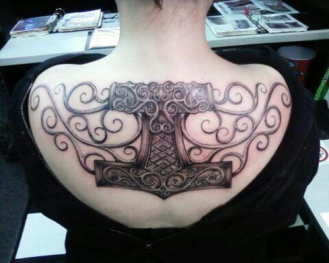 beautiful back tattoo mjolnir tattoo trapezius tattoo inspiration pinterest tattoo ideen. Black Bedroom Furniture Sets. Home Design Ideas