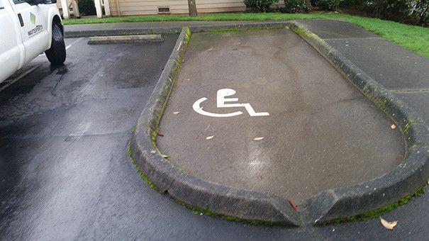 Parkovacie miesto, ktoré by nevyužil ani zdravý človek. (Foto: reddit.com)