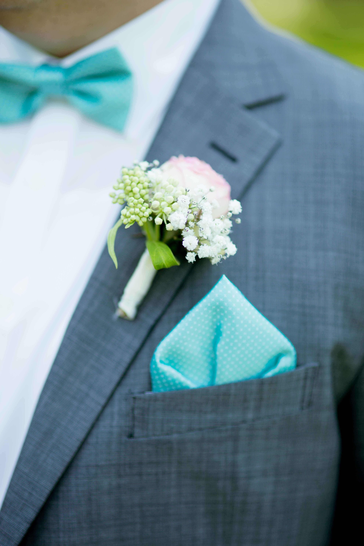 Romantischer Anstecker Brautigam Mit Turkiser Fliege Und Einstecktuch An Einem Grauen Anzug Anstecker Hochzeit Brautigam Ansteckblume Turkis Hochzeit