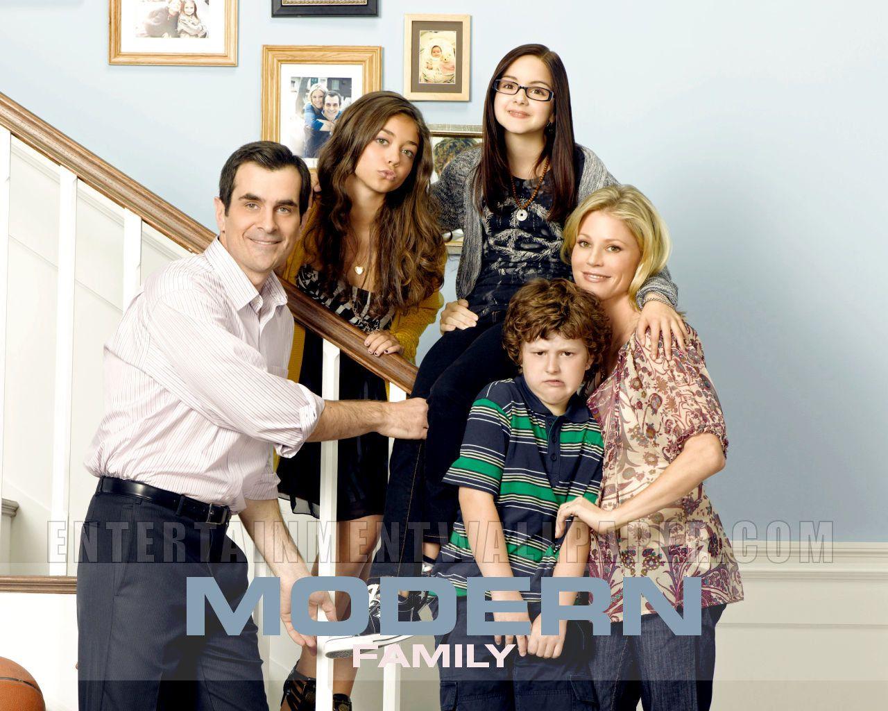 Modern Family Wallpaper Modern Family Wallpaper Modern Family Family Tv Series Tv Moms
